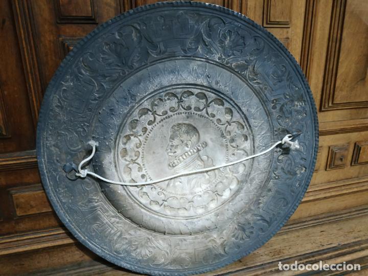Antigüedades: PLATO EN METAL PARA COLGAR. 40 CM DIAM. COLOR PLATEADO. 980 GR. EL DE LA FOTO. - Foto 6 - 236303055
