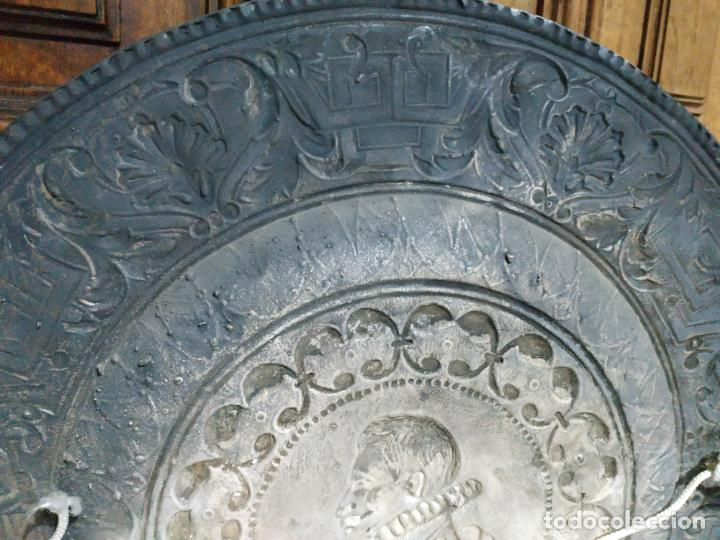 Antigüedades: PLATO EN METAL PARA COLGAR. 40 CM DIAM. COLOR PLATEADO. 980 GR. EL DE LA FOTO. - Foto 7 - 236303055