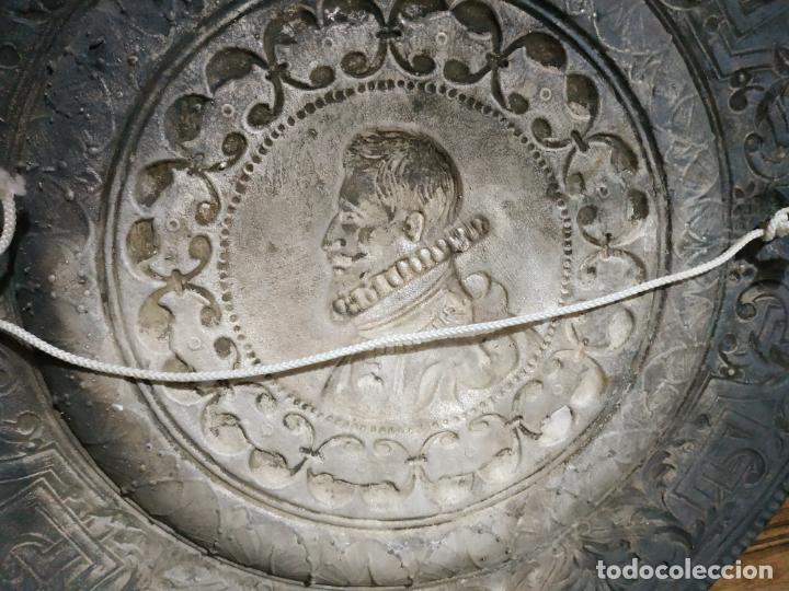 Antigüedades: PLATO EN METAL PARA COLGAR. 40 CM DIAM. COLOR PLATEADO. 980 GR. EL DE LA FOTO. - Foto 8 - 236303055