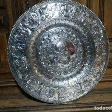Antigüedades: PLATO EN METAL PARA COLGAR. 40 CM DIAM. COLOR PLATEADO. 980 GR. EL DE LA FOTO.. Lote 236303055
