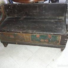 Oggetti Antichi: BANCO DECORADO CON TAPA.. Lote 236331235