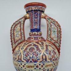 Antigüedades: DE MUSEO,EXCEPCIONAL JARRON DE LA ALHAMBRA POLICROMADO Y REFLEJOS METALICOS,FIRMADO GIRONI,S. XIX. Lote 236349450