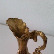 Antigüedades: PARA DECORACION Y COLECION PEQUENO JARRINO EN METALIZADO DORADO DESNOS EN RELIEVO. Lote 236372155