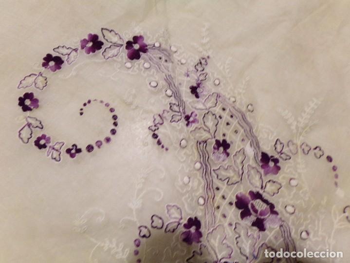 Antigüedades: antigua mantilla tipo manton manila con bonitos bordados y flecos - Foto 8 - 236397980