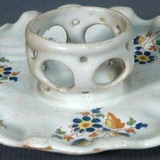 Antigüedades: MANCERINA Y TAZA EN LOZA DE ALCORA DECORACIÓN FLORAL SIGLO XVIII. Lote 236448035
