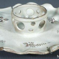 Antigüedades: MANCERINA Y TAZA EN LOZA DE ALCORA DECORACIÓN FLORAL SIGLO XVIII. Lote 236448090