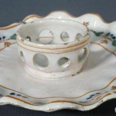 Antigüedades: MANCERINA Y TAZA EN LOZA DE ALCORA DECORACIÓN VEGETAL SIGLO XVIII. Lote 236448295