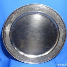 Antigüedades: GRAN BANDEJA DE PLATERÍA DE 40 CM. RIBERA CON INCRUSTACIONES.GALLO.. Lote 236454235