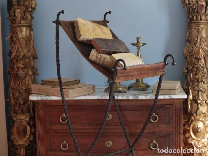 Antigüedades: Atril de grandes proporciones elaborado en hierro forjado y cuero. Siglos XVIII-XIX. - Foto 2 - 236455045