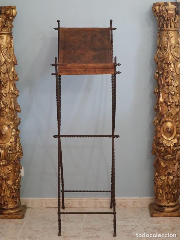 Antigüedades: Atril de grandes proporciones elaborado en hierro forjado y cuero. Siglos XVIII-XIX. - Foto 3 - 236455045