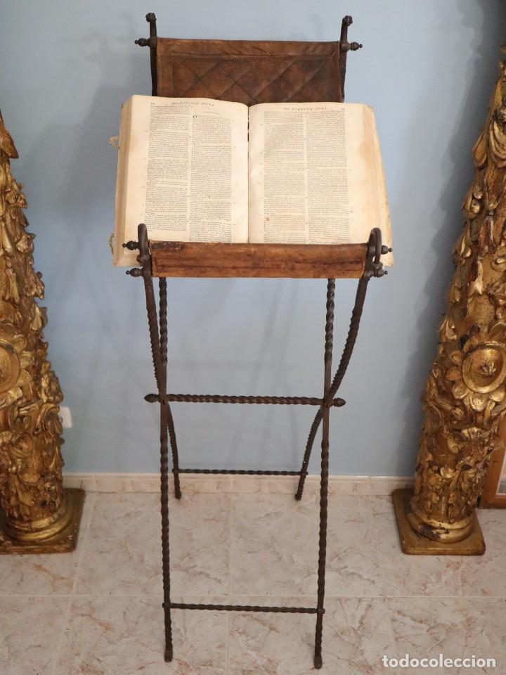 Antigüedades: Atril de grandes proporciones elaborado en hierro forjado y cuero. Siglos XVIII-XIX. - Foto 4 - 236455045
