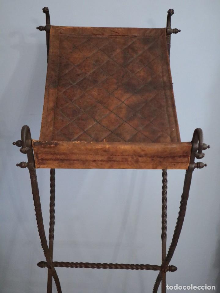 Antigüedades: Atril de grandes proporciones elaborado en hierro forjado y cuero. Siglos XVIII-XIX. - Foto 5 - 236455045