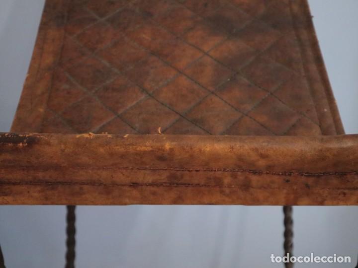Antigüedades: Atril de grandes proporciones elaborado en hierro forjado y cuero. Siglos XVIII-XIX. - Foto 6 - 236455045
