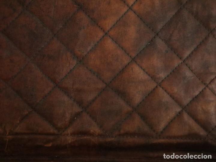 Antigüedades: Atril de grandes proporciones elaborado en hierro forjado y cuero. Siglos XVIII-XIX. - Foto 7 - 236455045