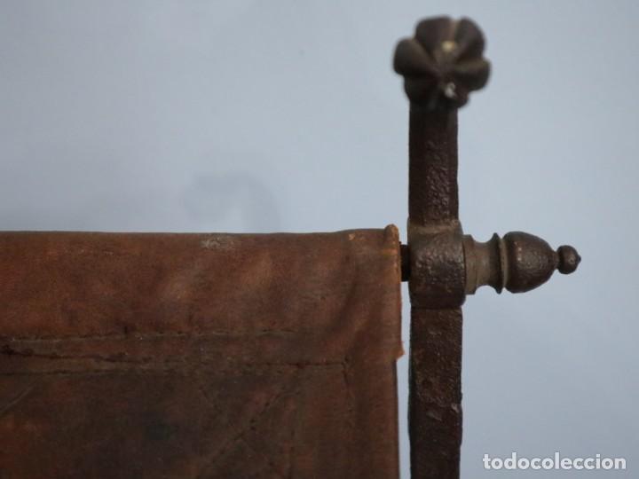 Antigüedades: Atril de grandes proporciones elaborado en hierro forjado y cuero. Siglos XVIII-XIX. - Foto 8 - 236455045