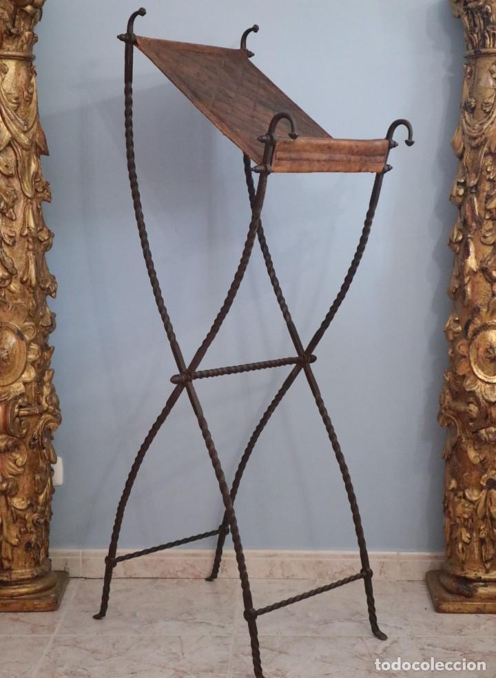 Antigüedades: Atril de grandes proporciones elaborado en hierro forjado y cuero. Siglos XVIII-XIX. - Foto 9 - 236455045