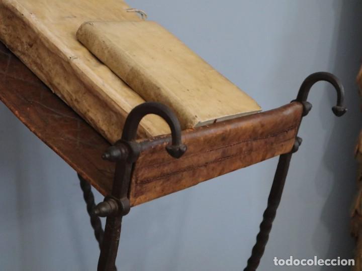 Antigüedades: Atril de grandes proporciones elaborado en hierro forjado y cuero. Siglos XVIII-XIX. - Foto 10 - 236455045