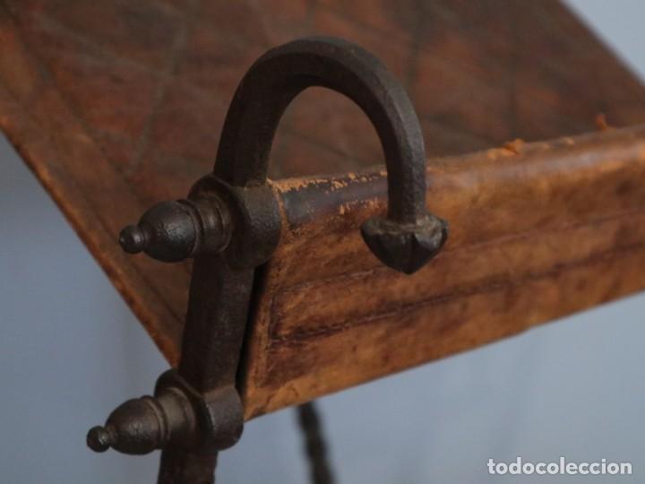 Antigüedades: Atril de grandes proporciones elaborado en hierro forjado y cuero. Siglos XVIII-XIX. - Foto 11 - 236455045