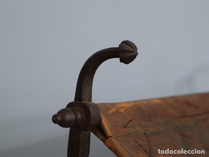 Antigüedades: Atril de grandes proporciones elaborado en hierro forjado y cuero. Siglos XVIII-XIX. - Foto 13 - 236455045
