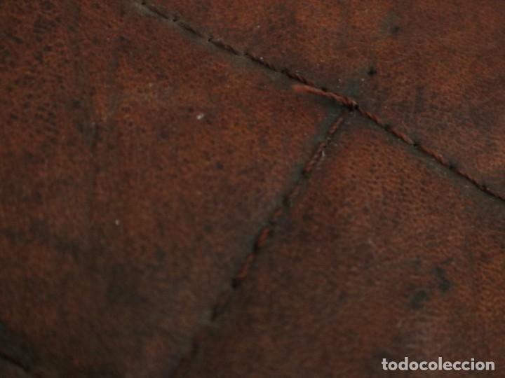 Antigüedades: Atril de grandes proporciones elaborado en hierro forjado y cuero. Siglos XVIII-XIX. - Foto 14 - 236455045