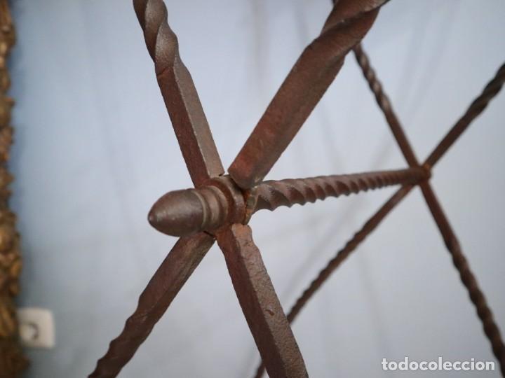 Antigüedades: Atril de grandes proporciones elaborado en hierro forjado y cuero. Siglos XVIII-XIX. - Foto 15 - 236455045