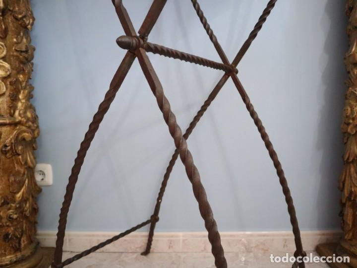 Antigüedades: Atril de grandes proporciones elaborado en hierro forjado y cuero. Siglos XVIII-XIX. - Foto 16 - 236455045