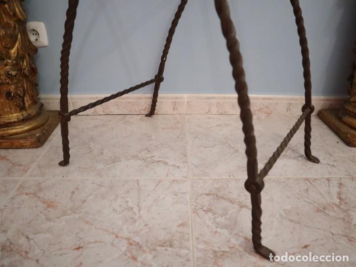 Antigüedades: Atril de grandes proporciones elaborado en hierro forjado y cuero. Siglos XVIII-XIX. - Foto 17 - 236455045
