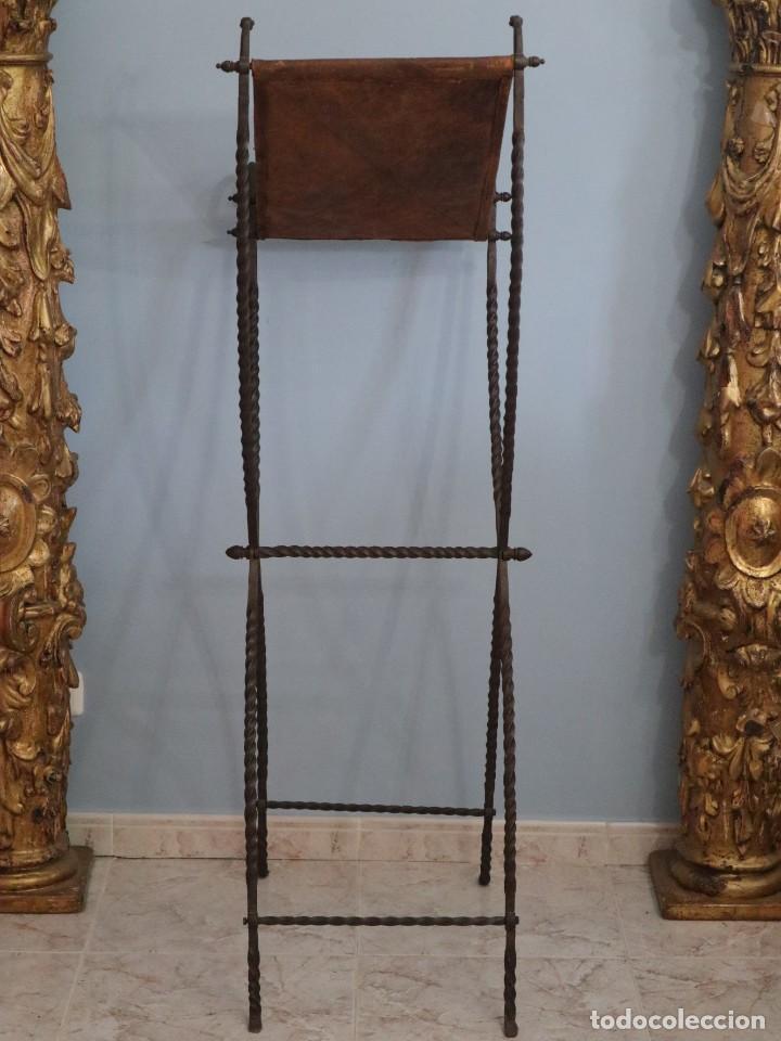 Antigüedades: Atril de grandes proporciones elaborado en hierro forjado y cuero. Siglos XVIII-XIX. - Foto 20 - 236455045