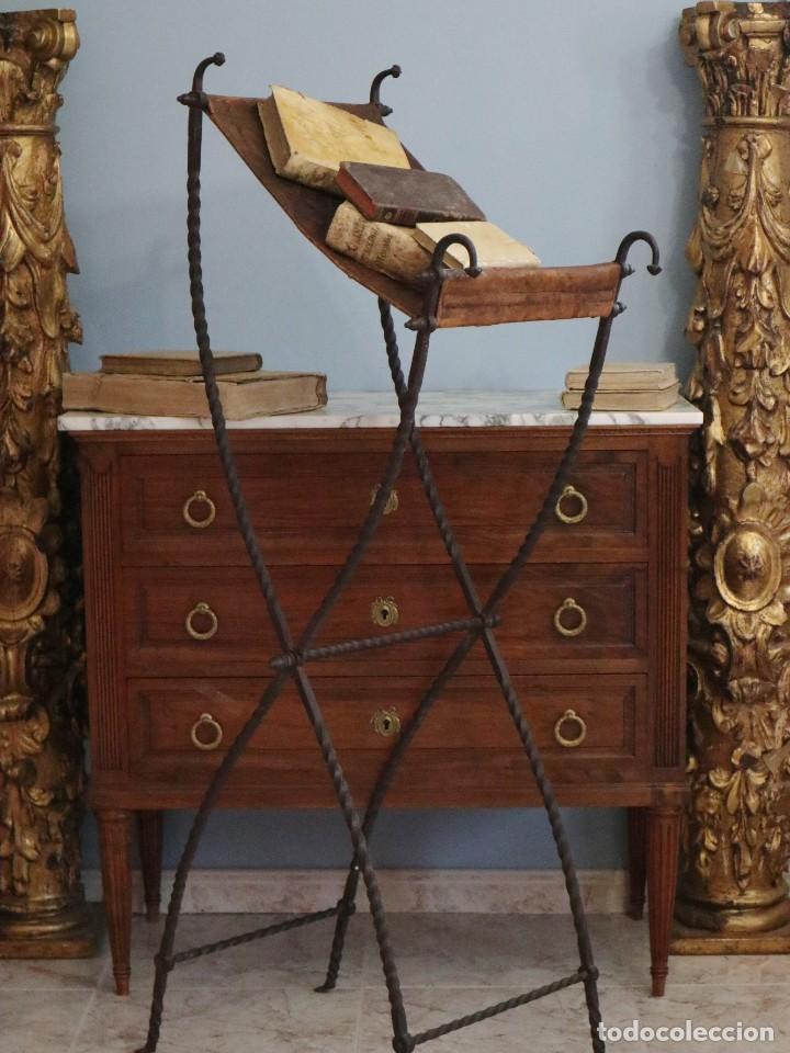 Antigüedades: Atril de grandes proporciones elaborado en hierro forjado y cuero. Siglos XVIII-XIX. - Foto 22 - 236455045