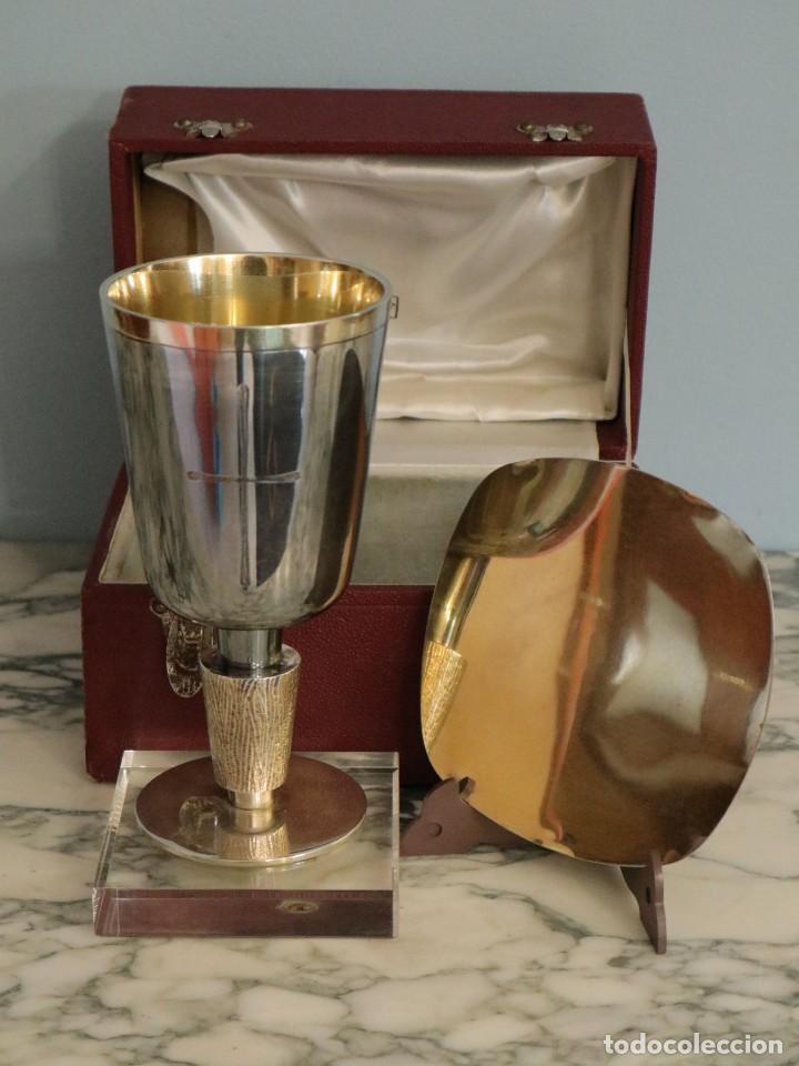 CONJUNTO LITÚRGICO COMPUESTO POR CÁLIZ Y PATENA EN PLATA PUNZONADA POR SUNYER - BARCELONA S. XX. (Antigüedades - Religiosas - Orfebrería Antigua)