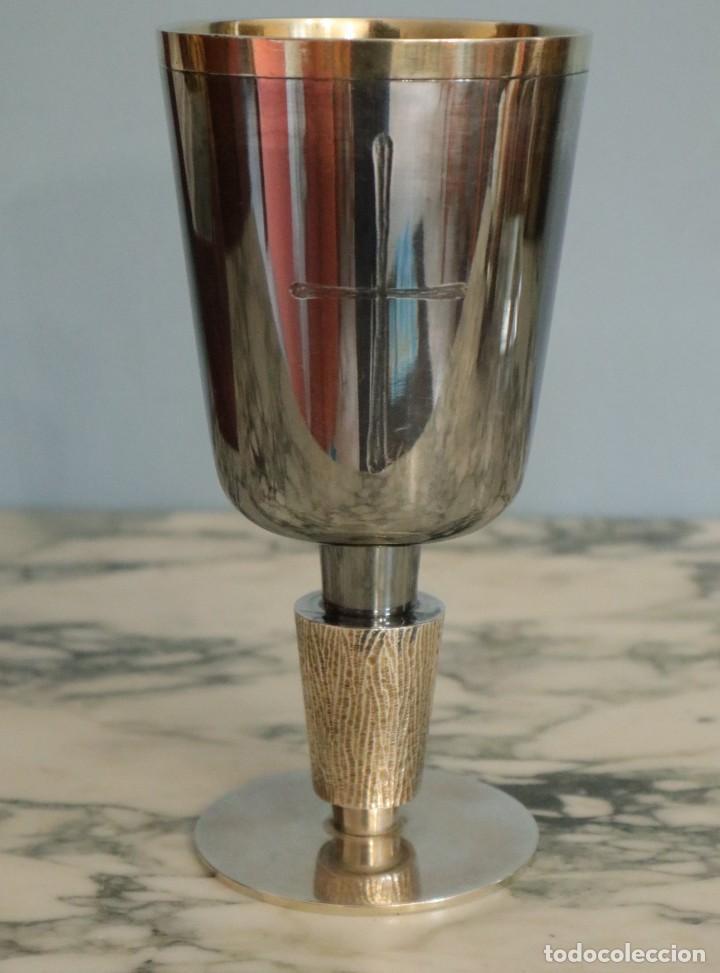 Antigüedades: Conjunto litúrgico compuesto por cáliz y patena en plata punzonada por Sunyer - Barcelona S. XX. - Foto 3 - 236456640