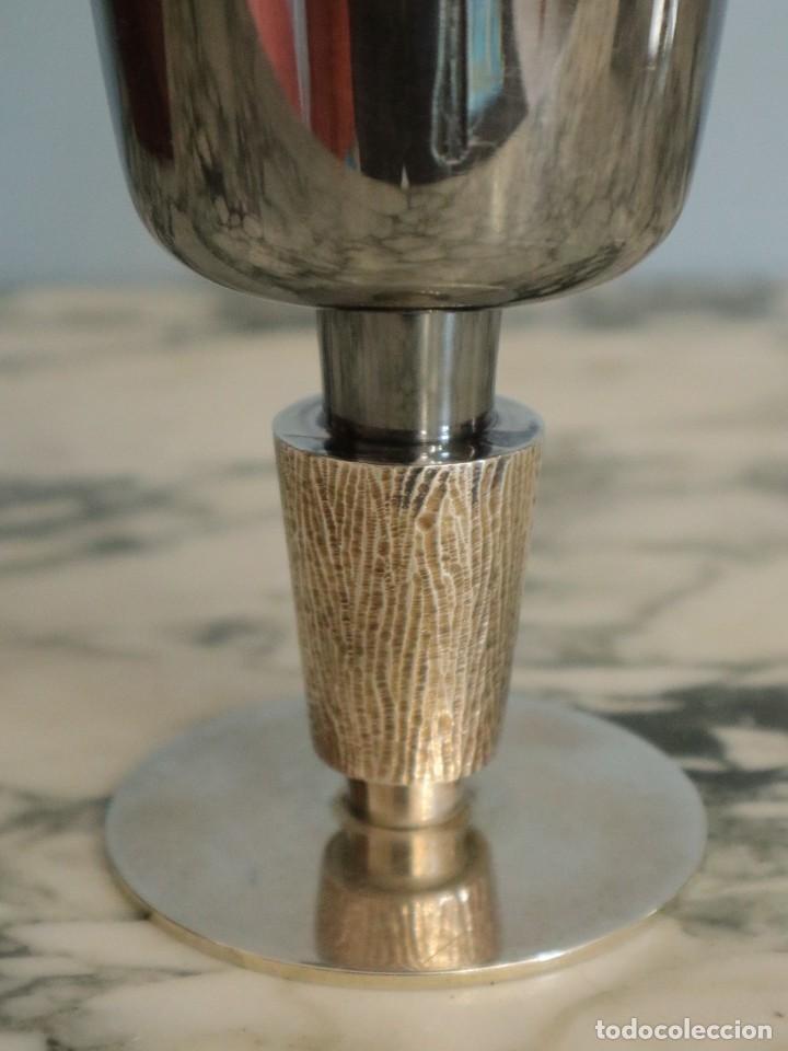 Antigüedades: Conjunto litúrgico compuesto por cáliz y patena en plata punzonada por Sunyer - Barcelona S. XX. - Foto 6 - 236456640