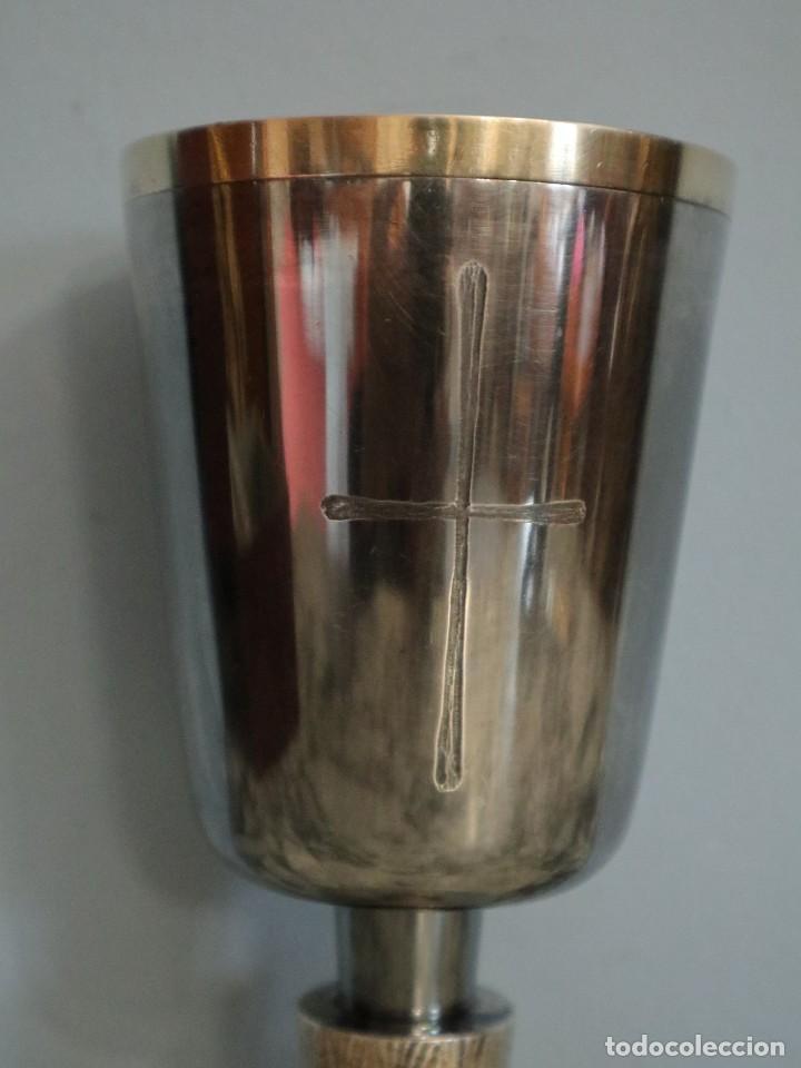 Antigüedades: Conjunto litúrgico compuesto por cáliz y patena en plata punzonada por Sunyer - Barcelona S. XX. - Foto 7 - 236456640