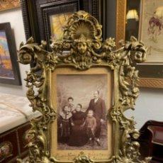Antigüedades: SOBERBIO PORTA FOTOS DE BRONCE ANTIGUO. Lote 236459780