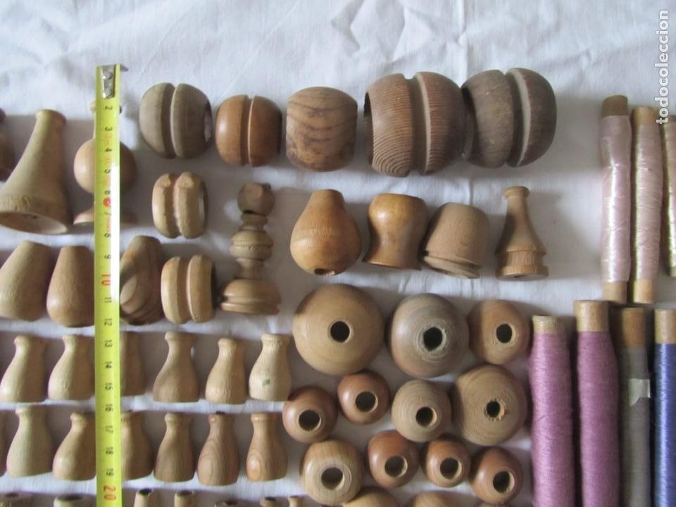 Antigüedades: Gran conjunto de materiales para fabricar borlas de cíngulos, hilo, madera, ... - Foto 4 - 236580490