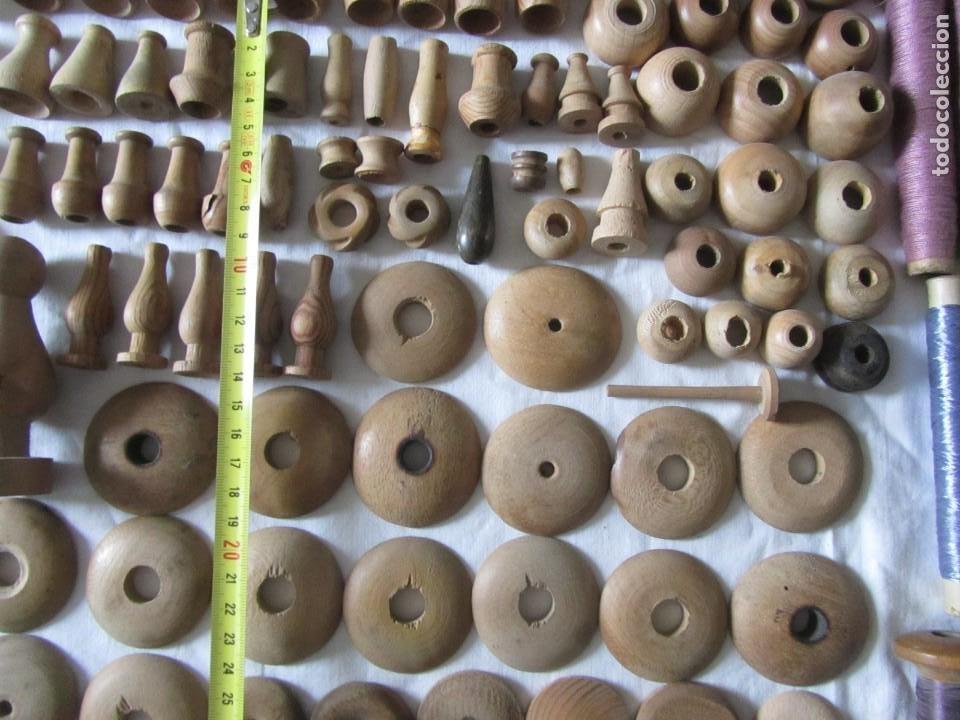 Antigüedades: Gran conjunto de materiales para fabricar borlas de cíngulos, hilo, madera, ... - Foto 6 - 236580490