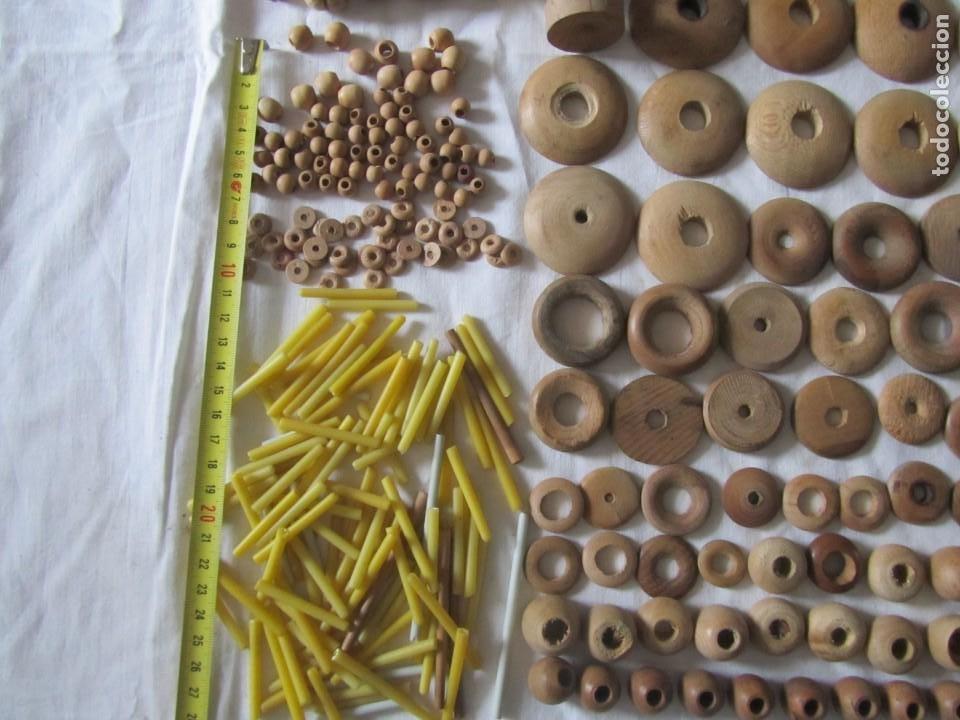 Antigüedades: Gran conjunto de materiales para fabricar borlas de cíngulos, hilo, madera, ... - Foto 7 - 236580490