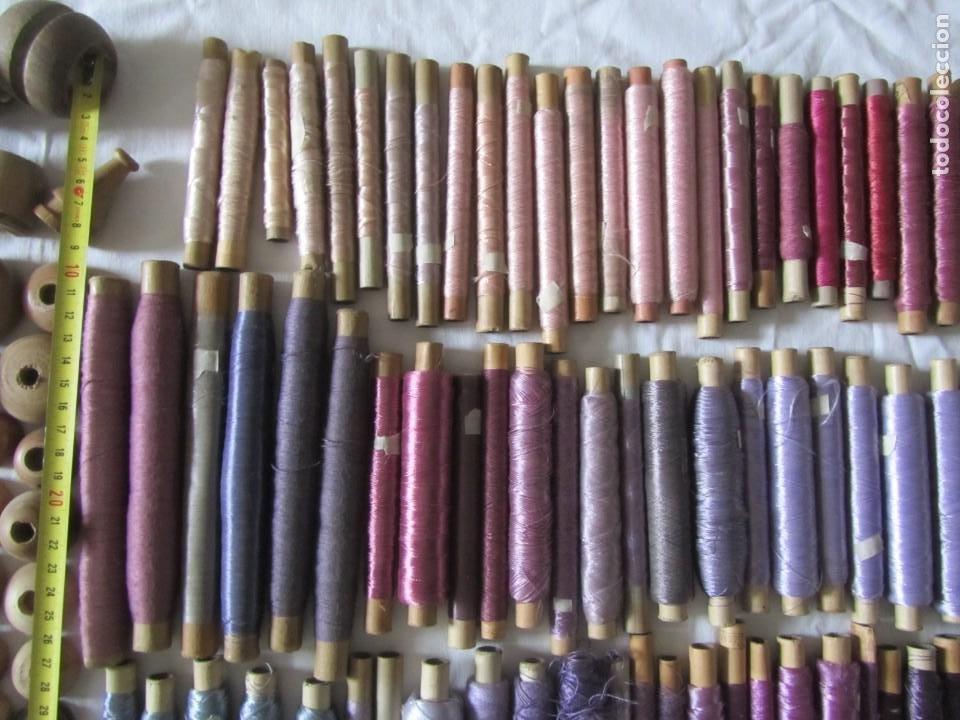 Antigüedades: Gran conjunto de materiales para fabricar borlas de cíngulos, hilo, madera, ... - Foto 9 - 236580490