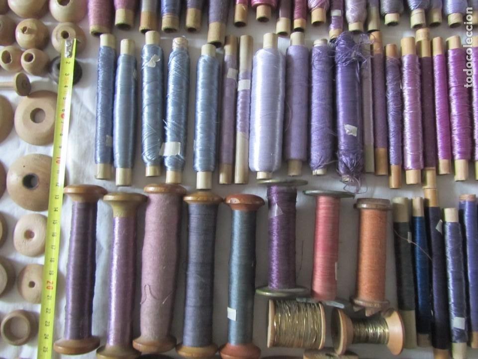 Antigüedades: Gran conjunto de materiales para fabricar borlas de cíngulos, hilo, madera, ... - Foto 11 - 236580490