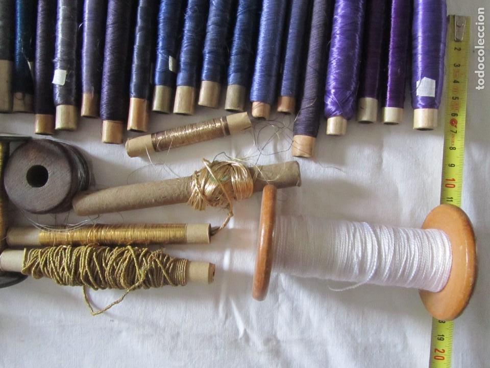 Antigüedades: Gran conjunto de materiales para fabricar borlas de cíngulos, hilo, madera, ... - Foto 15 - 236580490