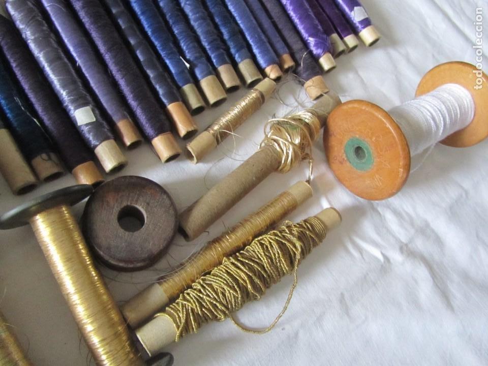 Antigüedades: Gran conjunto de materiales para fabricar borlas de cíngulos, hilo, madera, ... - Foto 17 - 236580490