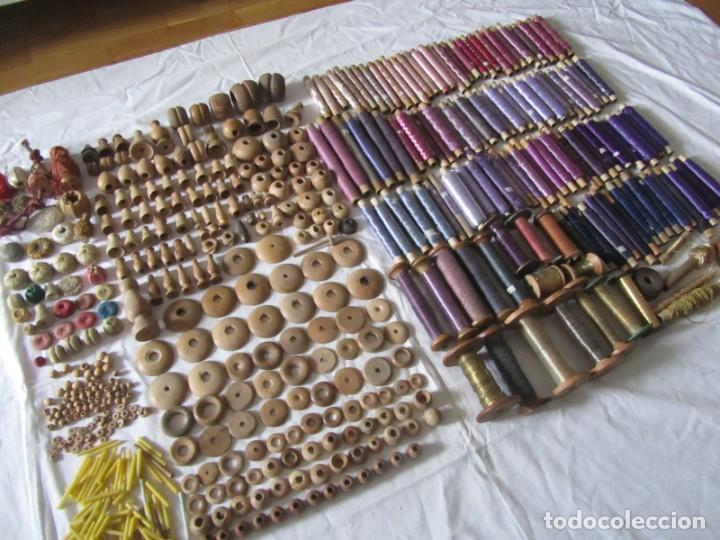 Antigüedades: Gran conjunto de materiales para fabricar borlas de cíngulos, hilo, madera, ... - Foto 18 - 236580490