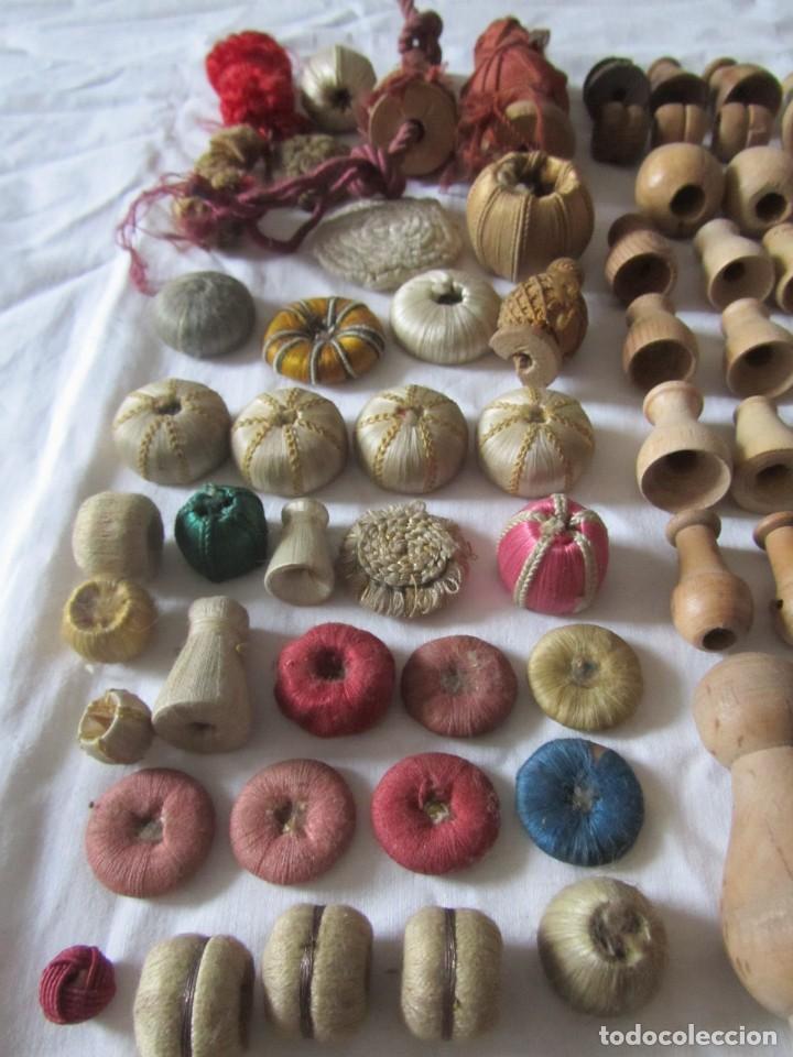 Antigüedades: Gran conjunto de materiales para fabricar borlas de cíngulos, hilo, madera, ... - Foto 21 - 236580490