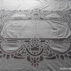 Antigüedades: BONITO MANTEL DE ALGODON BORDADO A MANO CON ENCAJE DE BRUJA, MIDE 2,10 X 1,60 METROS. Lote 236610790