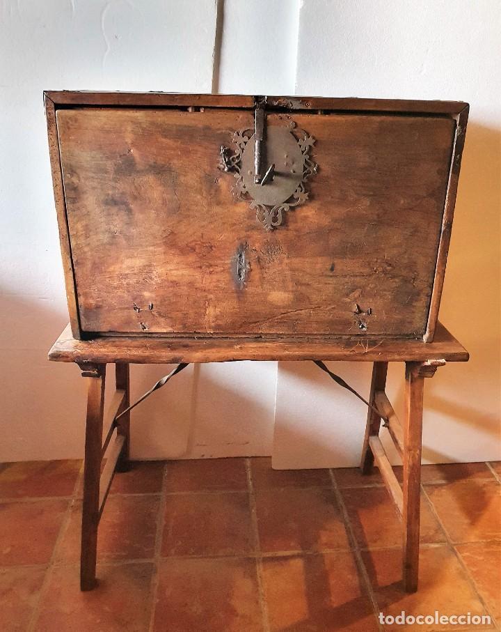 ANTIGUO BARGUEÑO DE NOGAL S.XVIII CON SU MESA (Antigüedades - Muebles Antiguos - Bargueños Antiguos)