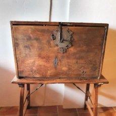 Antigüedades: ANTIGUO BARGUEÑO DE NOGAL S.XVIII CON SU MESA. Lote 236612455
