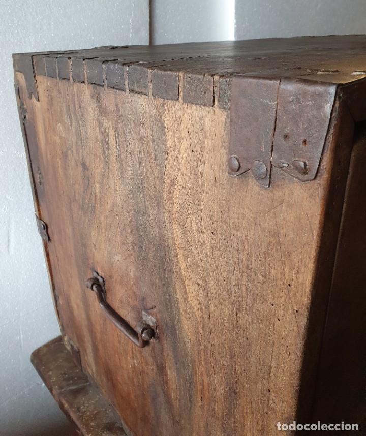 Antigüedades: ANTIGUO BARGUEÑO DE NOGAL S.XVIII CON SU MESA - Foto 3 - 236612455