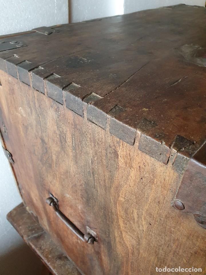 Antigüedades: ANTIGUO BARGUEÑO DE NOGAL S.XVIII CON SU MESA - Foto 4 - 236612455