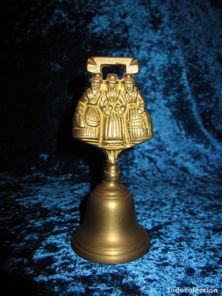 ANTIGUA CAMPANA DE MANO GALES 3 DAMAS (Antigüedades - Hogar y Decoración - Campanas Antiguas)