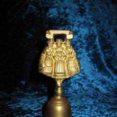 Antigüedades: ANTIGUA CAMPANA DE MANO GALES 3 DAMAS. Lote 176027779
